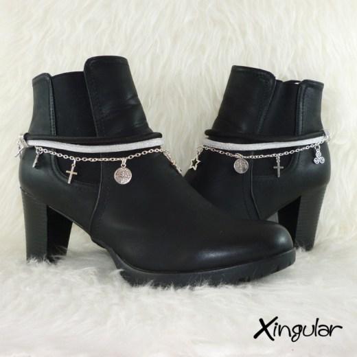 pulsera-botas-metalizadas-blanco-y-cordon-raso-negro-par