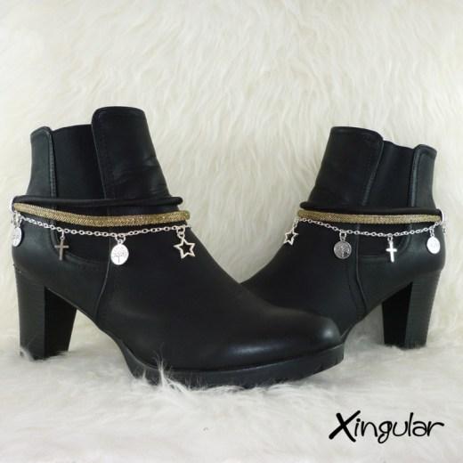 pulsera-botas-metalizadas-dorada-y-cordon-raso-negro-par