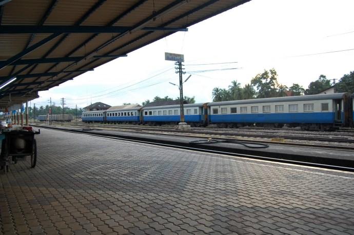 Tren en la estación de Chumphon