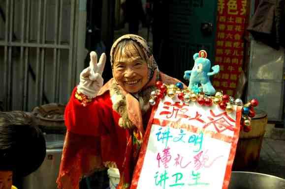 Shanghai - Señora saludando
