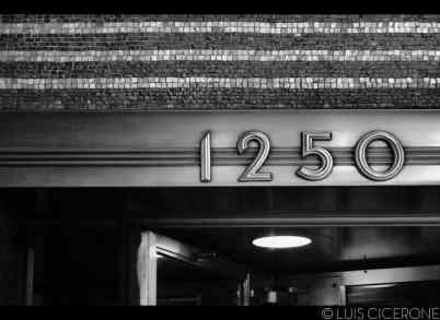 El número de uno de los accesos del Rockefeller Center.