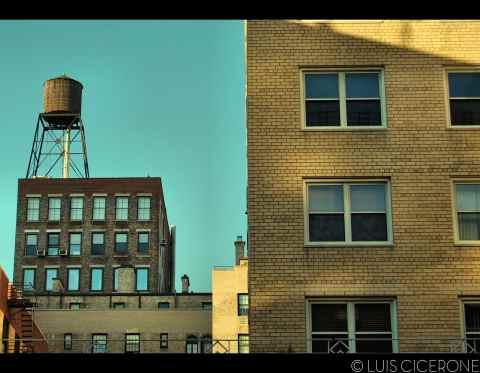 """Uno de los muchos tanques de agua que """"decoran"""" la ciudad."""