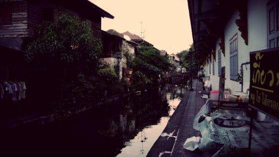 Casas junto a canal en Bangkok