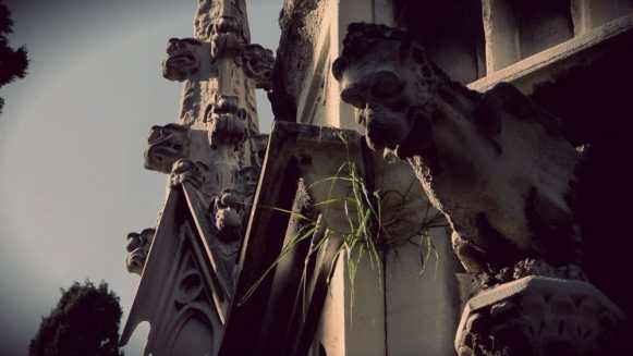Gárgola de mausoleo neogótico