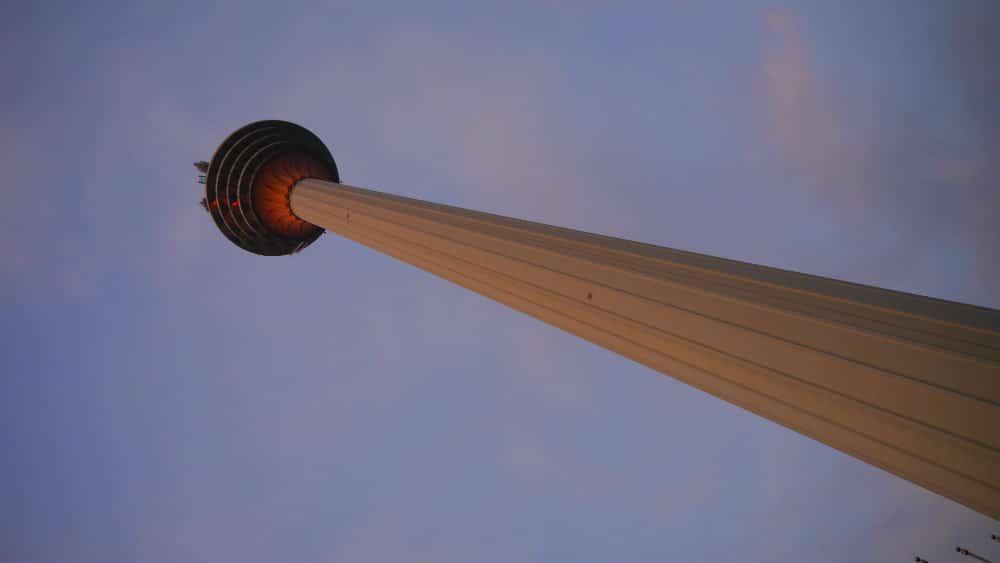 KL Tower desde abajo