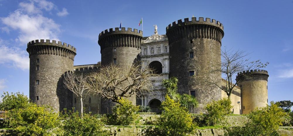 Alojarse cerca del puerto y el Castel Nuovo