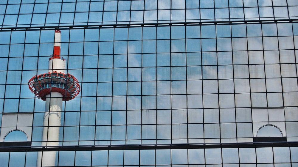 Reflejos de la torre de Kyoto sobre la estación principal