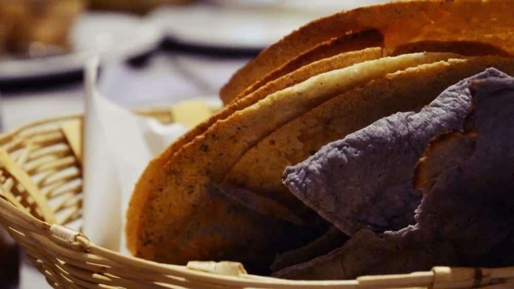 Diferentes tipos de tortilla de maíz mexicana