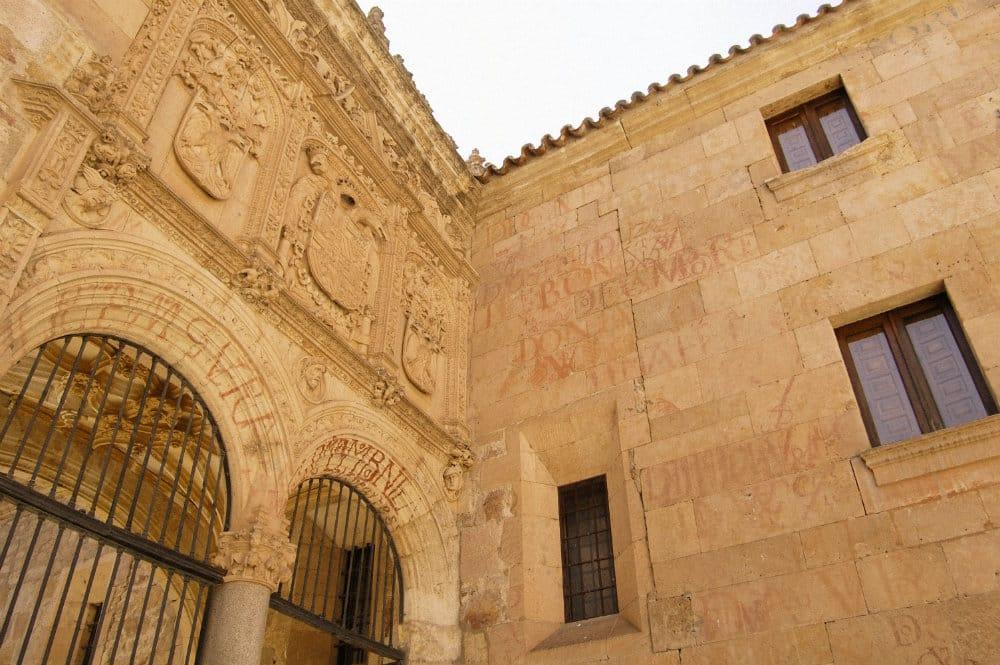 Qué ver en Salamanca - Universidad de Salamanca con vítores en sus muros