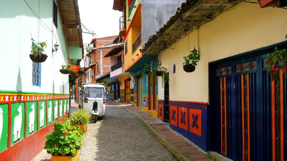 Casas de estilo colonial en el pueblo de Guatapé