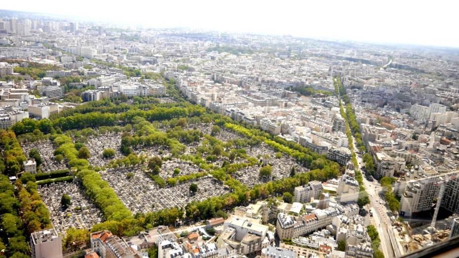 Vistas del Cementerio de Montparnasse desde el mirador acristalado de la torre Montparnasse