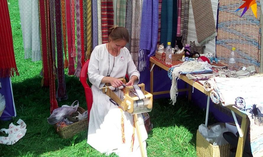 Лапти, косы, кружева, хороводы и небылицы плели мастера и гости на Усадьбе «Сокол»