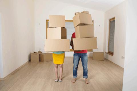 ダンボール箱を抱えるカップル