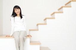 階段に座る笑顔の女性