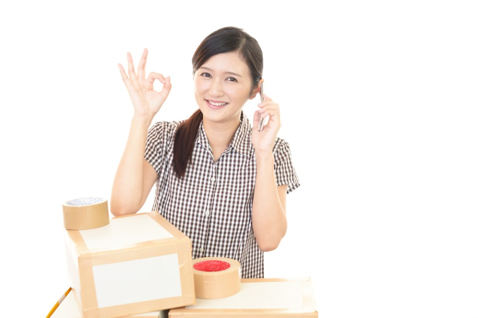 引越しの梱包作業をする女性