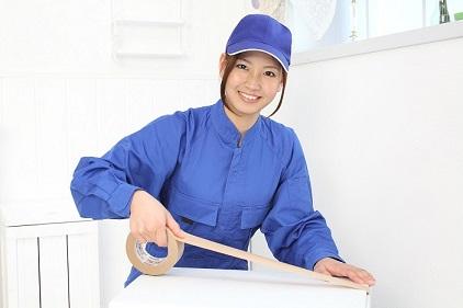 引越しの梱包作業をする女性スタッフ