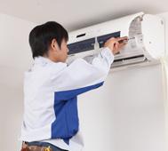 エアコンを設置する作業スタッフ
