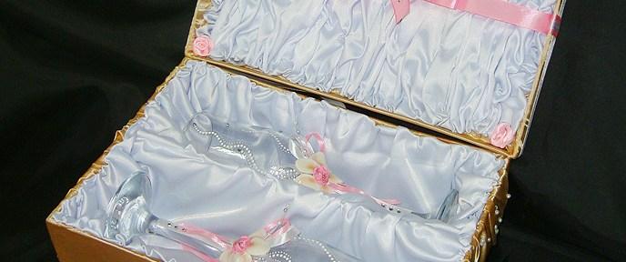 Бело-розовые свадебные бокалы