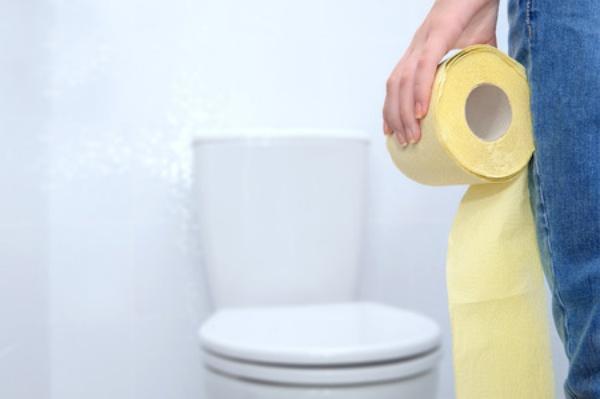 トイレに向かう人