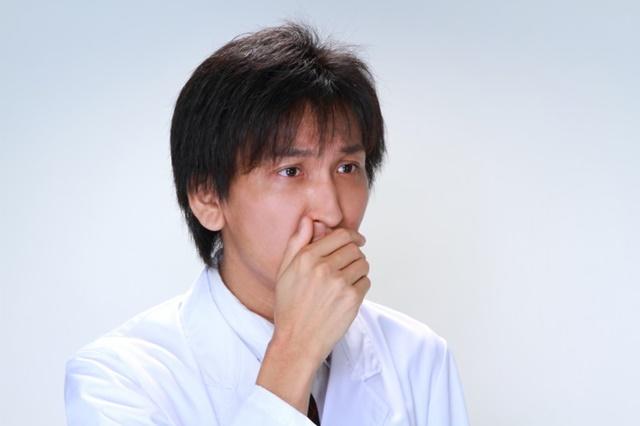 健康診断結果を見て驚く男性医師