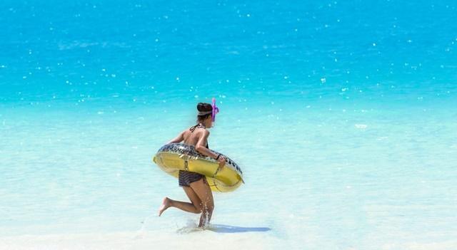日光(紫外線)対策して海に入る女性