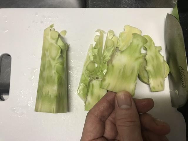 ブロッコリーの芯(茎)の筋