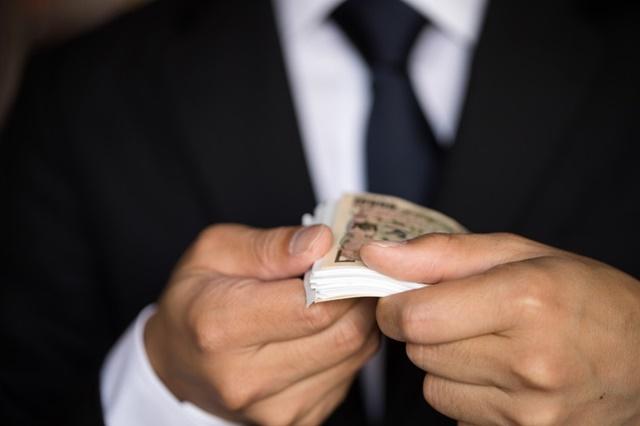 生活保護の期末扶助でもらった金額を確認する男性