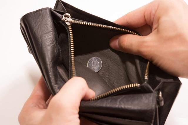 生活保護でもらったお金を無駄遣いしてお金が入っていない財布