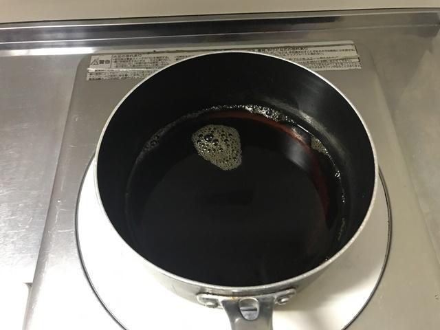 大根のたまり漬けの調味料を鍋にかけている様子