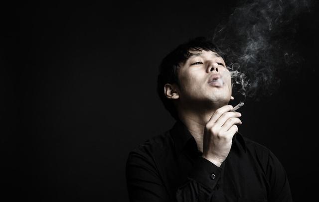 生活保護の住宅扶助でタバコを吸う男性