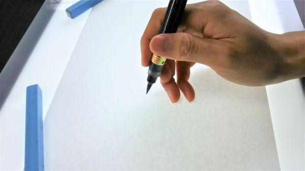 筆ペンの持ち方~立てて軽く持つ