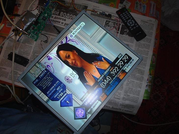 TV fra skærmen ved hjælp af det indbyggede bord.