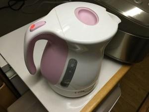 ポットでお湯を沸かす