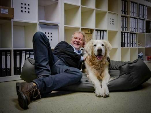 Hundetrainer Markus Beyer mit Bürohund Chester