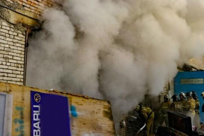 Огонь практически уничтожил две машины после хлопка газа в Комсомольске