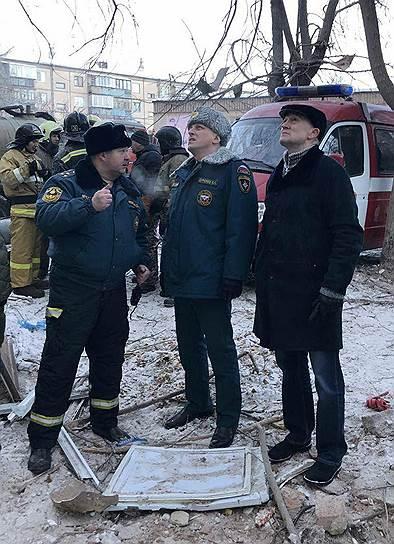 На месте происшествия прибыл губернатор Челябинской области Борис Дубровский (справа)