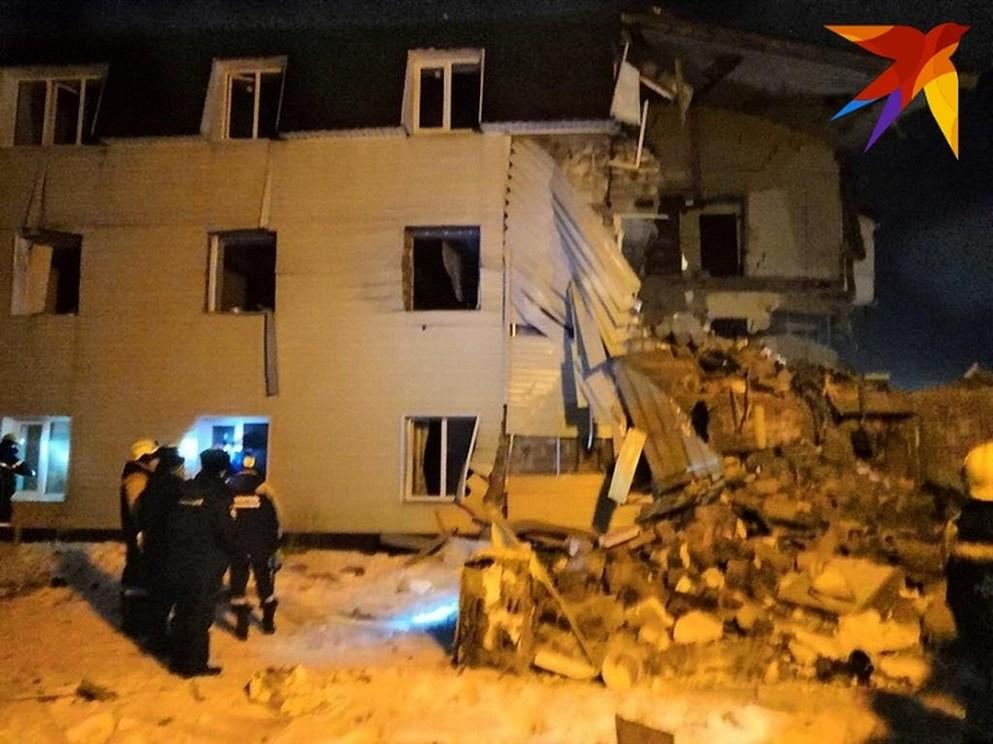 Часть дома стоит, но это лишь видимость, окна выдавило взрывной волной Фото: Мария МИШКИНА