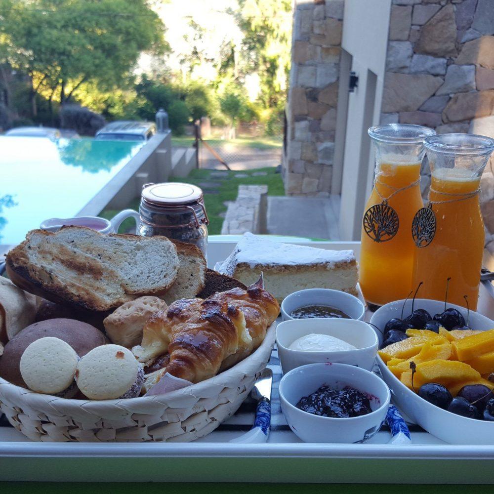 Al despertar, te sorprendemos con nuestros desayunos caseros. Siempre con algo diferente para que disfrutes en la comodidad de la cabaña, sin límite de horario.
