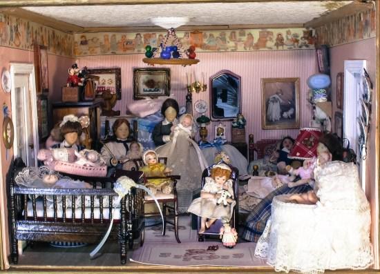 Cuatro personajes de Erna Meyer en el dormitorio infantil de la Mansión Tristana. ©