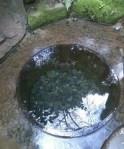 井戸の底には水がある。