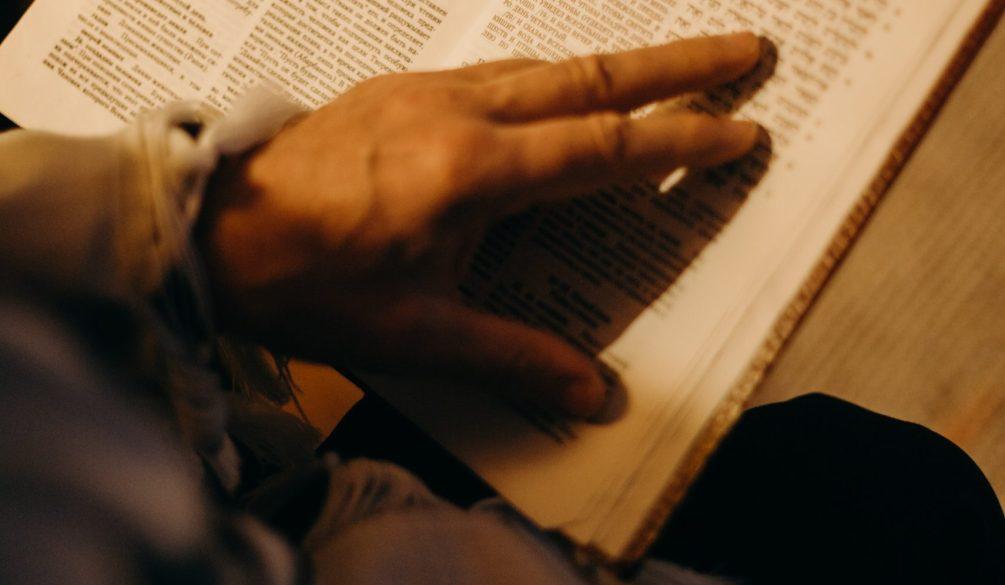 Lecture au doigt torah