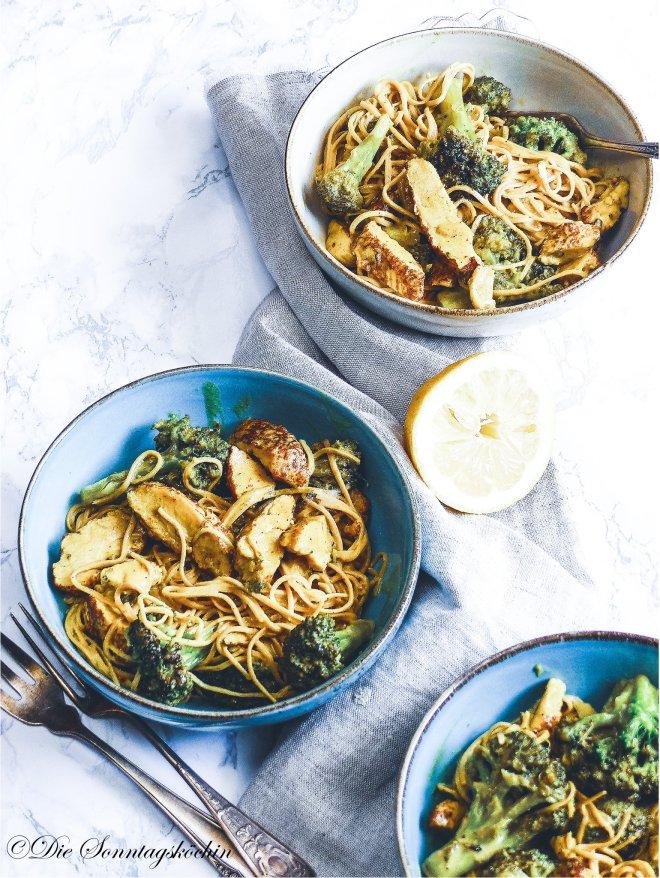 Leckere Pastapfanne mit Curry, Brokkoli und Hähnchenfleisch