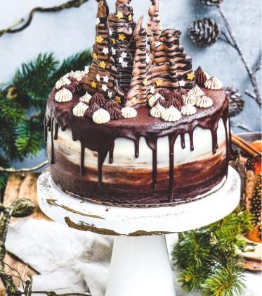 Schokoladen Torte mit Schokocreme und Rumkirschen