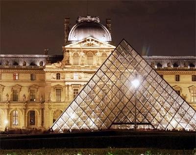 Imagen de noche Museo del Louvre – París