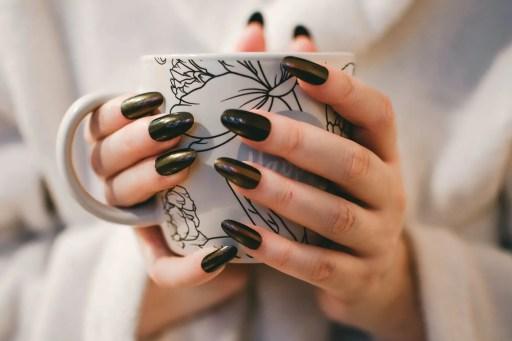 decoración de uñas acrílicas en color negro