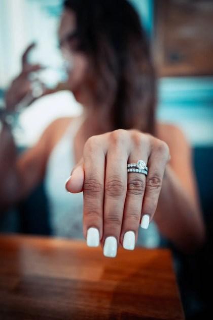 Decoración de uñas acrílicas en color blanco