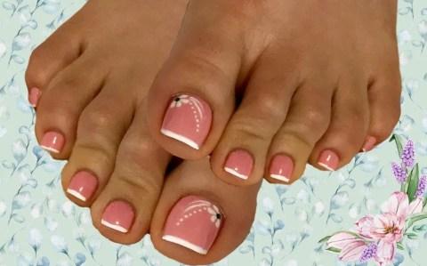 Pedicura en rosa y blanco