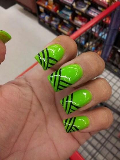 diseños de uñas Verdes Con Raya Negras 2021