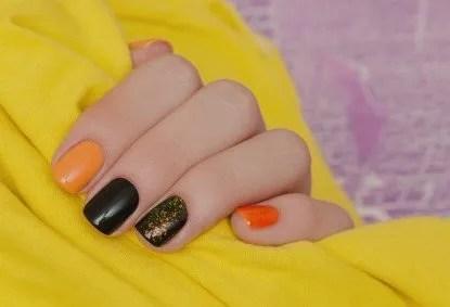 Uñas naranjas y negras en tendencias de este año