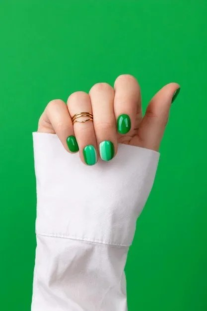 Uñas Verdes Brillantes y Elegantes en modas